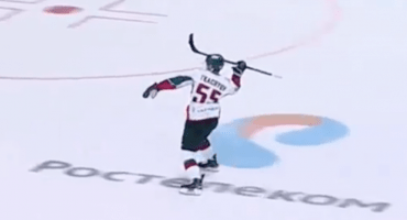 El Zlatan del hockey: un ruso lanza su stick y anota un golazo