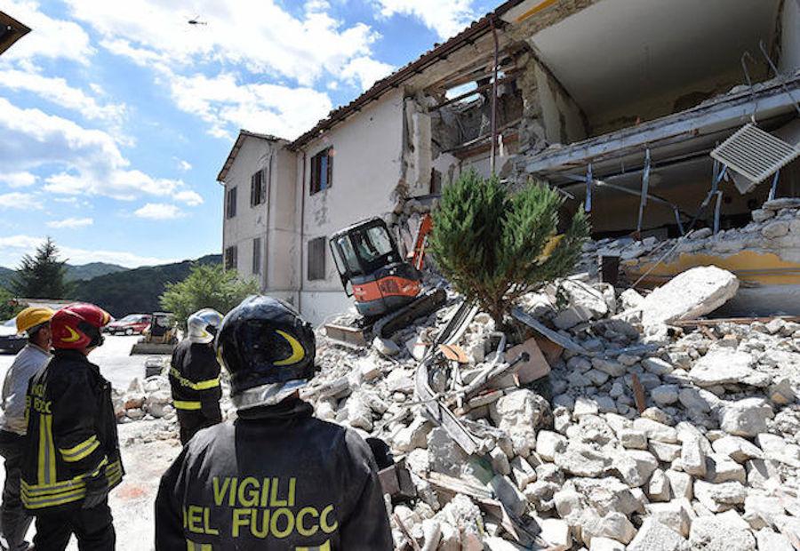 Demandan a Charlie Hebdo por burlarse del sismo en Italia