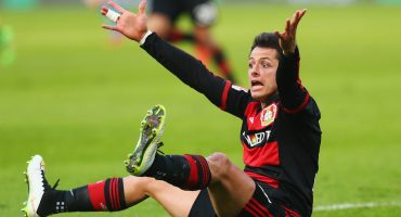 Javier Hernández reclama al árbitro por no marcar una falta en un partido del Bayer Leverkusen