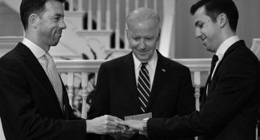 Joe Biden casó a oficiales gay de la Casa Blanca en su propio chante