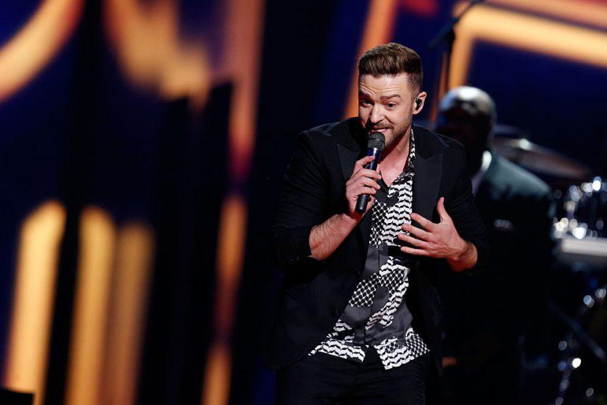 Justin Timberlake sorprende a pareja de recién casados y se une a su sesión de fotos