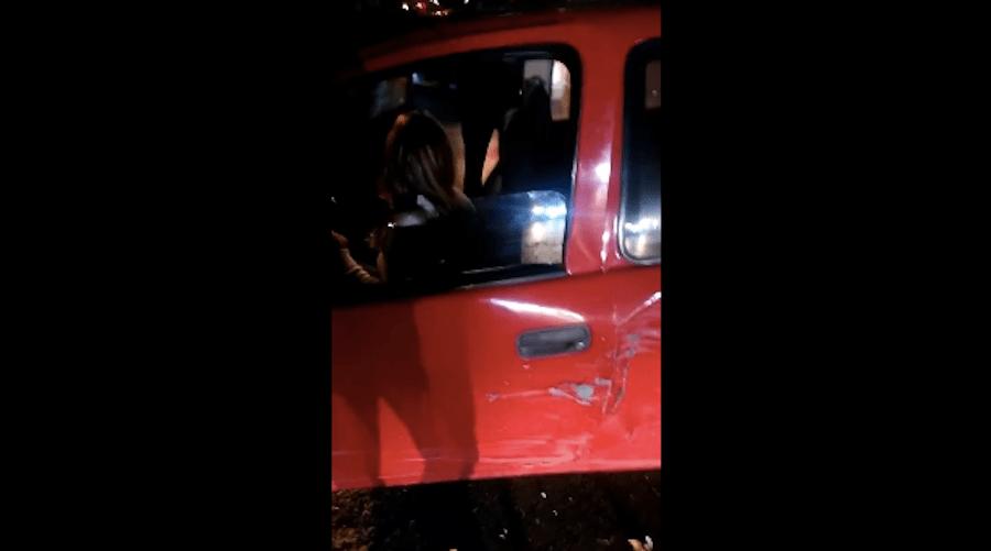 #LadyMecanica: choca contra un árbol y presume su conocimiento automotriz
