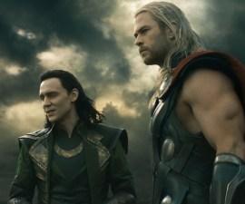 Tom Hiddlestone y Chris Hemsworth en Thor: Ragnarok