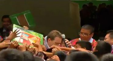 Un grupo de niños ¡le 'hizo bolita' a Manuel Velasco!