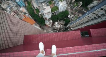 ¿Quién dijo actividades extremas? ¡Este sujeto hace parkour en un rascacielos!
