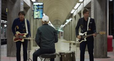Una enorme cadena de 'Dominos' en el nuevo video de Peter Bjorn and John