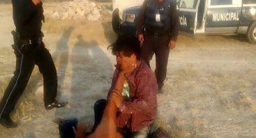 ¿Es en serio? Policías de Puebla pelean con indigente a cambio de liberarlo