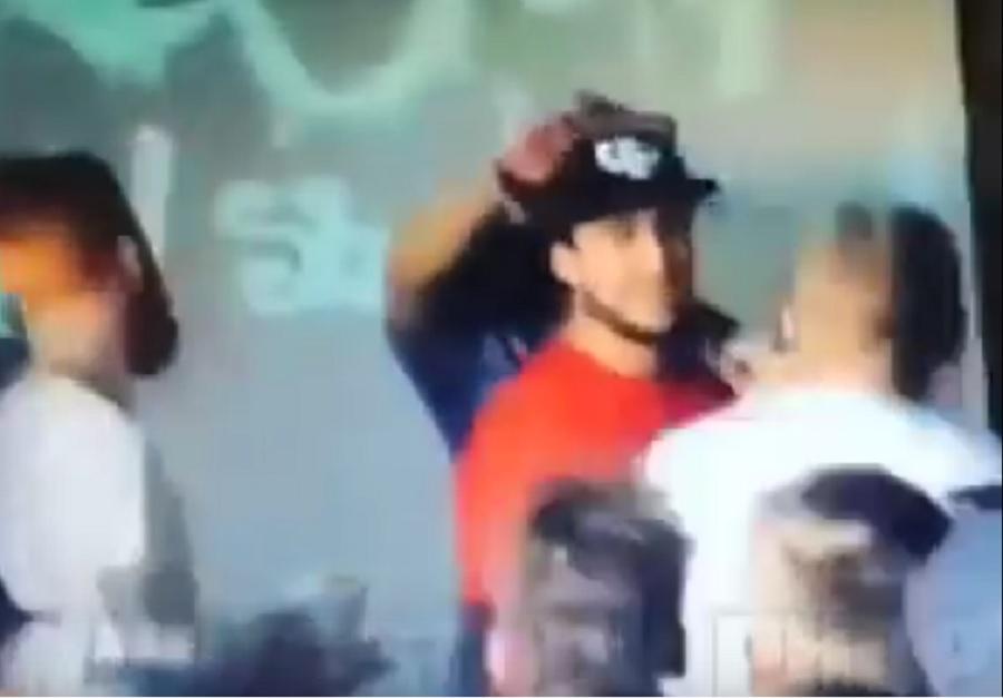 WTF??!! Espectador noquea a rapero… porque habló mal de su mamá