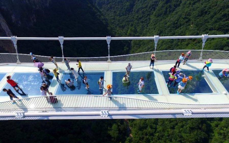 ¿Miedo a las alturas? China inaugura el puente de cristal más grande del mundo!