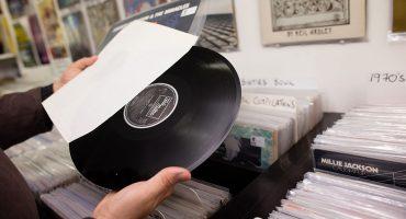 Según estudio, los que compran más música en vinilo son