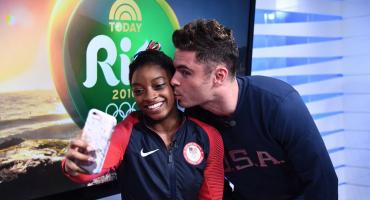 Simone Biles se cuelga otra medalla de oro: ¡un beso de Zac Efron!