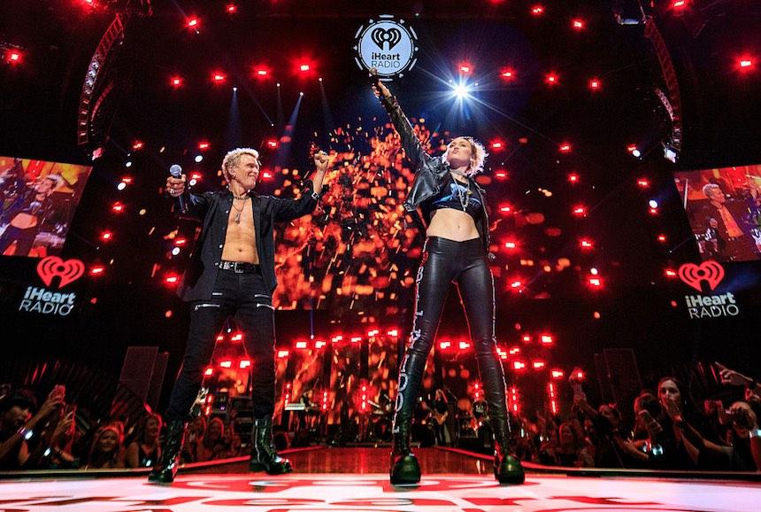 """Miley Cyrus aparece en el concierto de Billy Idol y cantan juntos """"Rebel Yell"""""""