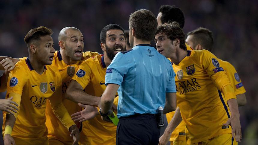 Jugadores del Barcelona le reclaman al árbitro una decisión