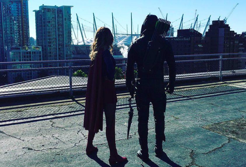 Stephen Amell comparte la primera imagen de Arrow y Supergirl
