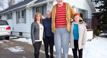 El adolescente más alto del mundo rompe su propio récord y sigue creciendo