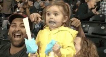 Esta niña come algodón de azúcar y... ¿alguien dijo guerra de Photoshop?