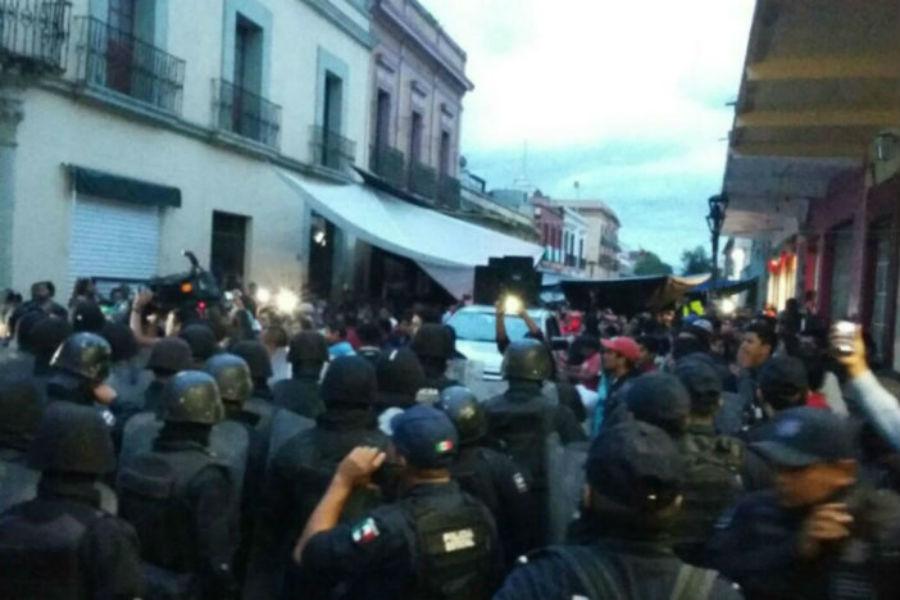 Maestros y policias chocaron en el Zócalo oaxaqueño dejando 20 heridos