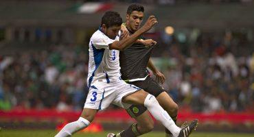 Raúl Jiménez pelea un balón en el juego de eliminatorias contra El Salvador