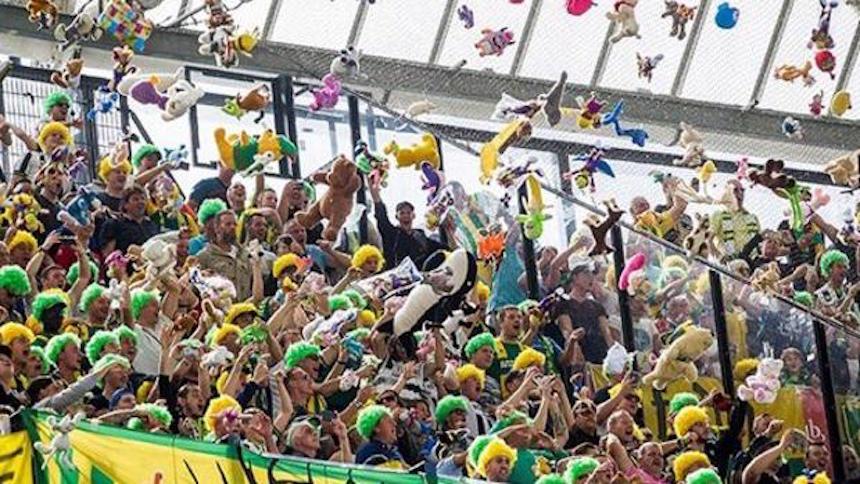 Aficionados de Feyernoord lanzando peluches.