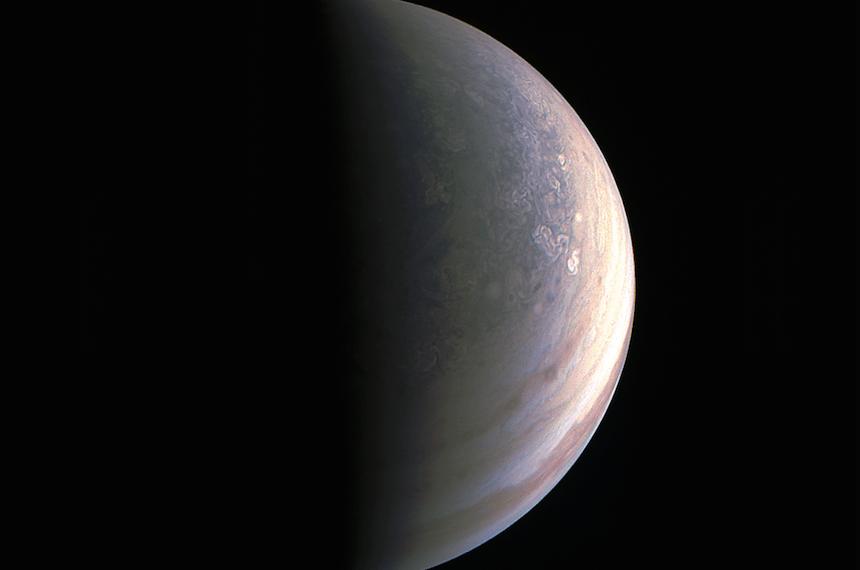La NASA comparte las primeras imágenes polares de Júpiter