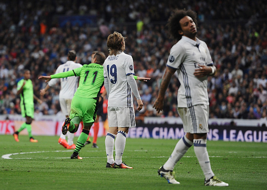 Jugadores del Real Madrid lamentando el gol del Sporting