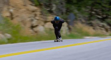 ¡Vean a este sujeto romper el récord mundial de velocidad en patineta!