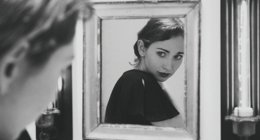 Escucha 'Black and White', la nueva canción de Regina Spektor