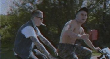 Un agresivo paseo en bicicleta en el nuevo video de Slaves, 'Take Control'