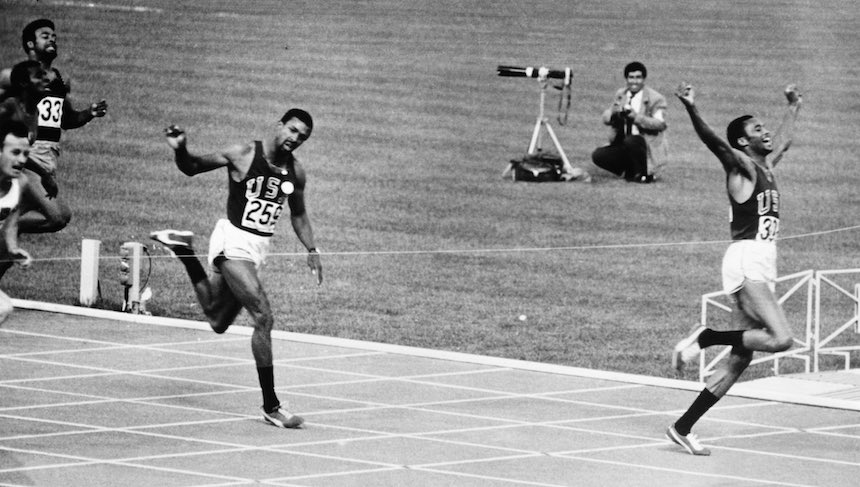 Tommie Smith (derecha) y John Carlos (izquierda) durante los 200 metros en los Juegos Olímpicos De México 1968.