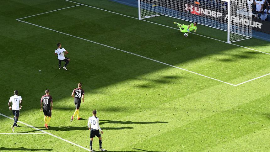 Claudio bravo evitó que el marcador fuera más abultado cuando detuvo un penal