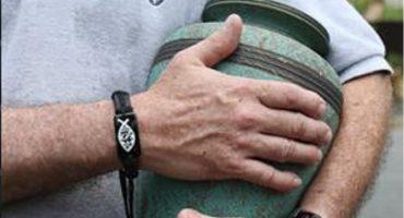 A fumárselas como Keith Richards: Iglesia prohíbe guardar o esparcir cenizas de difuntos