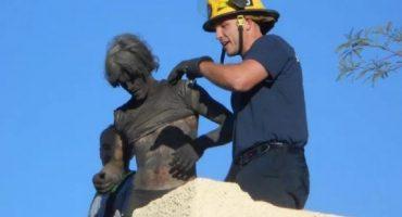 ¿Llegó Santa? No, bomberos salvan a tipo que se atoró en chimenea... olvidó sus llaves