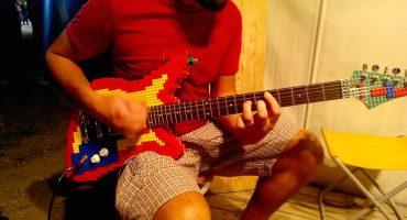 Todo músico desearía tener esta guitarra hecha con LEGO
