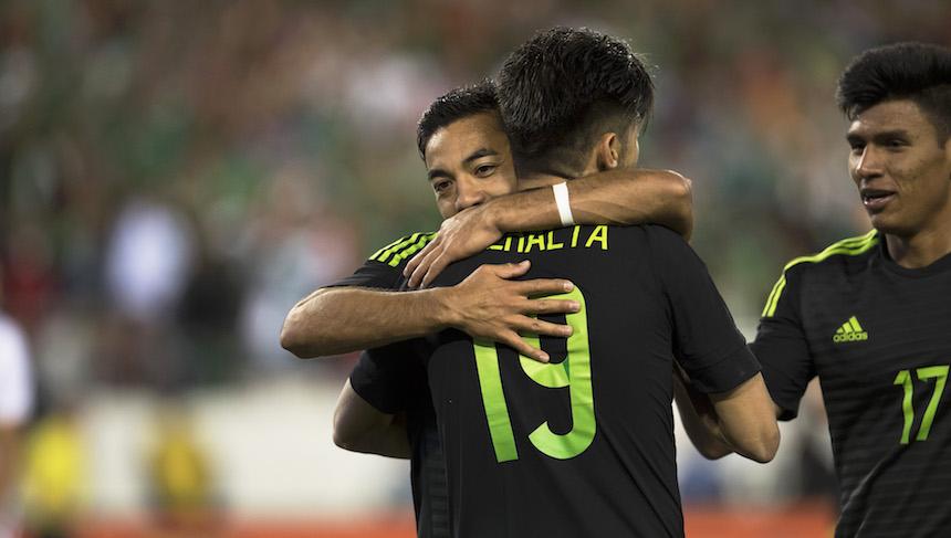 Marco Fabián celebrando su gol con Oribe Peralta