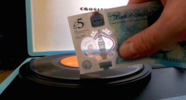 Los nuevos billetes de 5 libras sirven para... ¿reproducir un vinil?