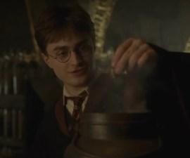 Harry Potter creando pociones
