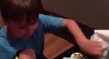Felicidad nivel Transformer: un niño recibe su regalo soñado y así reaccionó