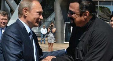 Porque bros: Vladimir Putin le entrega su pasaporte ruso a Steven Seagal