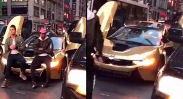 ¡BAM! Por estorbar en el tráfico, rompen el parabrisas al coche de un YouTuber
