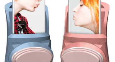 Este accesorio te permite besar a alguien a la distancia