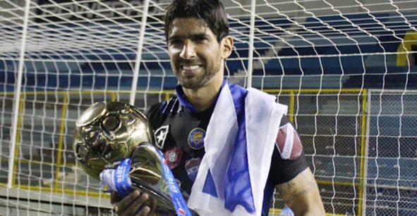 ¿Se acuerdan del 'Loco' Abreu? volvió y fue campeón en El Salvador