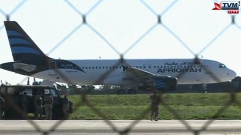 Secuestran avión libio con 111 pasajeros a bordo; nave aterriza en Malta
