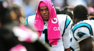 Cam Newton no fue titular el domingo... por no usar corbata