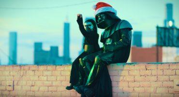 Darth Vader y el pequeño Kylo Ren destruyen planetas juntos en Navidad