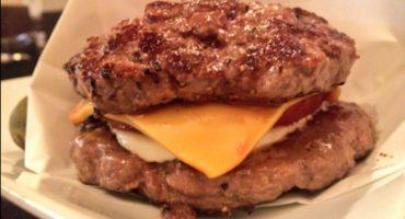 Esta hamburguesa sin pan es deliciosamente decadente