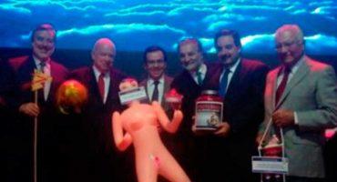 Regalan muñeca inflable a ministro chileno para...