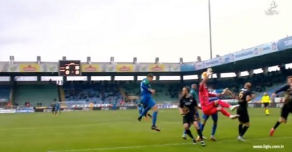 ¡Déjenme ver!: árbitro marca penal por mano del portero en el área... ¿qué?