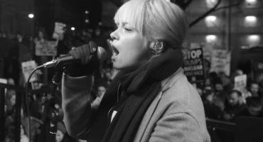 Lily Allen coverea a Rufus Wainwright en apoyo a la Women's March