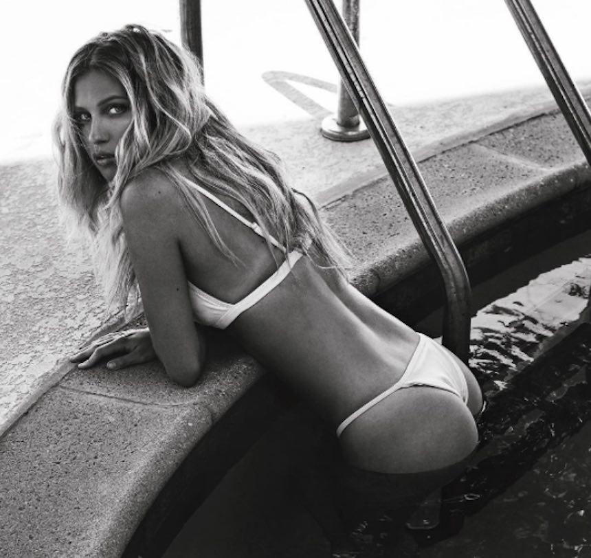 Paige Watkins en una alberca