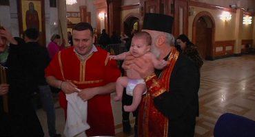 Que alguien lo detenga: ¡Este arzobispo bautiza bebés como si lavara ropa!